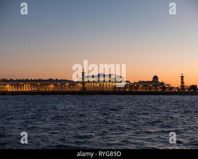 Cielo di tramonto oltre lo scambio di isola Vasilievsky. San Pietroburgo, Russia Immagini Stock