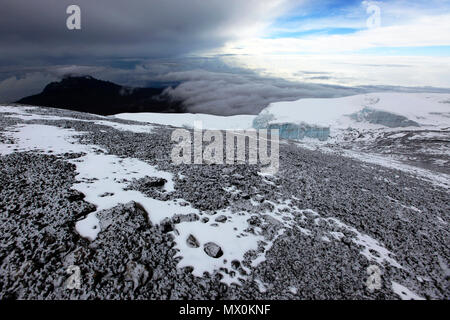 Una spolverata di neve fresca sulla vetta del Monte Kilimanjaro, Sito Patrimonio Mondiale dell'UNESCO, Tanzania, Africa orientale, Africa Immagini Stock