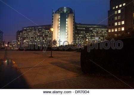 Edificio per uffici illuminata di notte, Edificio Berlaymont, a Bruxelles, in Belgio Immagini Stock