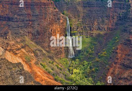 Kauai Hawaii scenic Waimea Canyon State Park scogliere rosso da sopra canyon con cascata distanti Immagini Stock