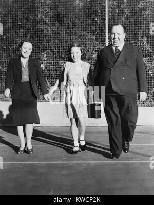 Alfred Hitchcock passeggiando sui motivi del suo Bel Air break. Egli è con la moglie, Alma Reville, e sua figlia, Immagini Stock