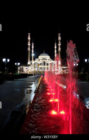 Vista di Akhmad Kadyrov moschea illuminata di notte a Grozny la capitale della Cecenia ufficialmente la Repubblica cecena nel Nord Caucaso Distretto federale della Russia. Immagini Stock