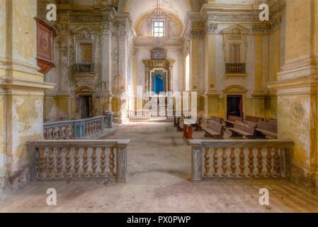 Vista interna di una chiesa abbandonata in Italia. Immagini Stock