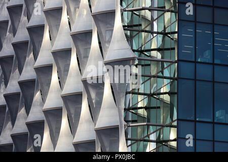 Vista esterna della facciata con la busta esterna dettaglio, l'ambasciata americana a Nine Elms, Londra, Regno Unito. Immagini Stock