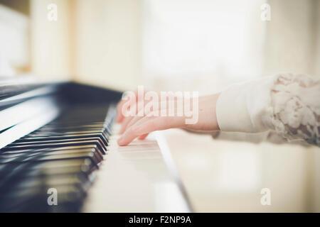Close up della ragazza caucasica suonando piano Immagini Stock