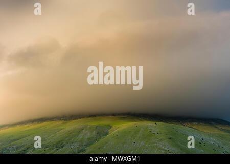 Tempesta nuvole sopra il Monte Sibillini, Umbria, Italia, Europa Immagini Stock