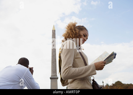 Donna africana guardando alla mappa Immagini Stock