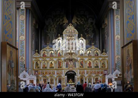 Le persone che frequentano la Messa domenicale all'interno di San Nicola Cattedrale Ortodossa Kislovodsk in una spa e resort city a Stavropol Krai nel Nord Caucaso Distretto federale della Russia. Immagini Stock