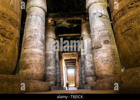 Uomo che cammina attraverso il tempio di Seti I, Abydos, Egitto Immagini Stock