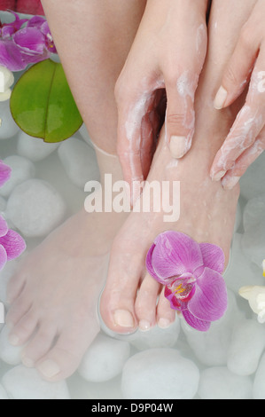 Donna prendendo piede bagno Immagini Stock