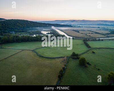 Drone di immagine di una nebbiosa alba paesaggio inglese come le albe in West Sussex Immagini Stock