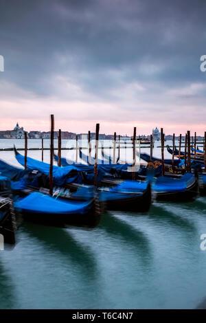 Gondole attraccate al tramonto, il bacino di San Marco, Venezia, Italia Immagini Stock