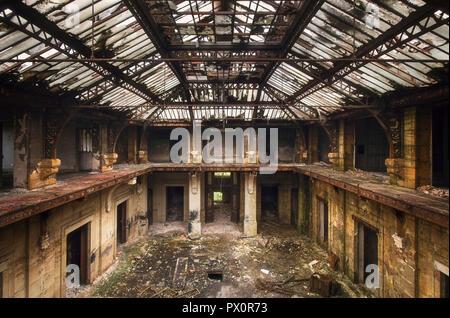 Vista interna di una hall in un ufficio abbandonato in Francia. Immagini Stock
