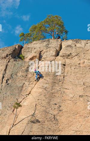 Arrampicatori a Olhava cliff. Repovesi National Park, Finlandia. Immagini Stock