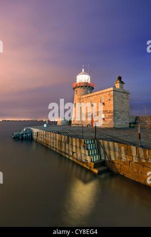 Porto di Howth faro sulla fine del braccio meridionale del porto di Dublino. Immagini Stock