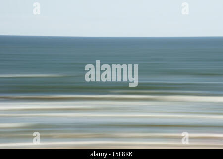 Il tempo di esposizione lungo sulle onde del mare. Immagini Stock