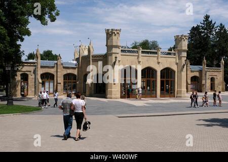 I pedoni a piedi passato Narzan acqua minerale galleria nel centro di Kislovodsk una città termale a Stavropol Krai nel Nord Caucaso Distretto federale della Russia. Immagini Stock