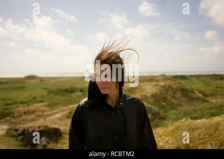 Donna che guarda lontano Immagini Stock