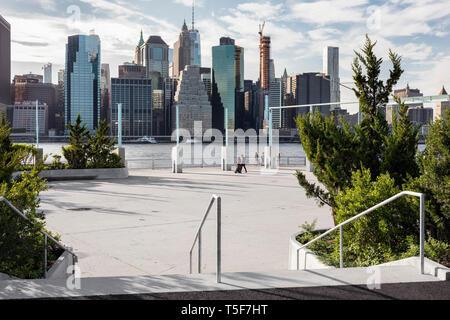 Aprire plaza fornendo spazio per piccoli eventi e spettacoli. Ponte di Brooklyn Park Pier 3, Brooklyn, Stati Uniti. Architetto: Michael Van Valkenburgh Immagini Stock