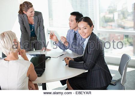 La gente di affari di parlare in riunione Immagini Stock