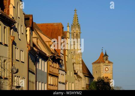 Facciate di case, Fila di case con la chiesa francescana, Rothenburg ob der Tauber, Media Franconia, Franconia, Baviera, Germania Immagini Stock