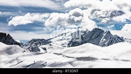Coperta di neve Dolomiti, Wolkenstein, Trentino-Alto Adige (Sudtirol), Italia Immagini Stock