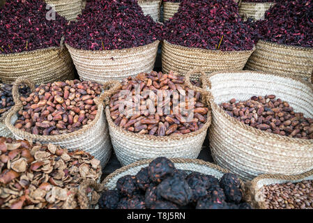 Date, erbe aromatiche e frutta secca in vendita nei pressi del fiume Nilo, Luxor, Egitto Immagini Stock