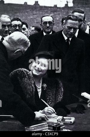 Le Loro Maestà il Re e la Regina, patroni del Festival della Bretagna, visitando Lansbury, foto pubblicata Immagini Stock