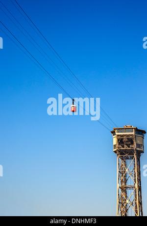 Basso angolo di vista di overhead funivia, Barcellona, in Catalogna, Spagna Immagini Stock