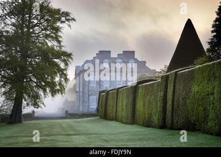 La Yew a piedi con la casa oltre ad Antony, Cornwall. Immagini Stock