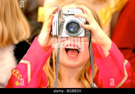 Fotografia di bambini a scattare foto foto alle feste Bambini ragazza REGNO UNITO Immagini Stock