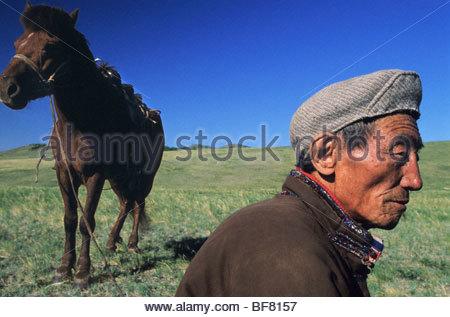 Ranger del Parco con cavallo, Hustain Nuruu National Park, Mongolia Immagini Stock