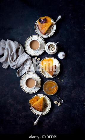 Tutta arancione olio d'oliva torta di mandorle e farina di mais, finito con il cardamomo sciroppo arancio - privo di glutine. Immagini Stock