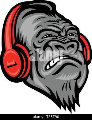 Icona di mascotte illustrazione della testa di un gorilla arrabbiato o ape indossando un rosso le cuffie per ascoltare musica guardando verso l'alto se visto dalla parte anteriore sul backg isolato Immagini Stock