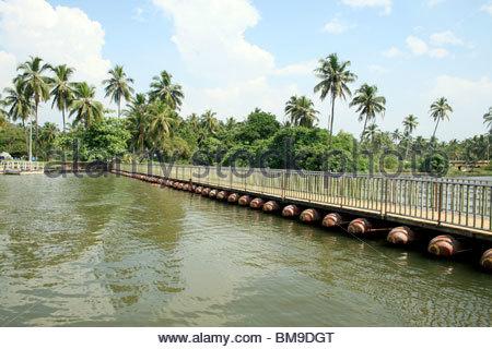Galleggiante ponte sopra il lago di veli, Trivandrum, Kerala Immagini Stock