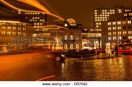 Città illuminata di notte, Place du Luxembourg, Bruxelles, Belgio Immagini Stock