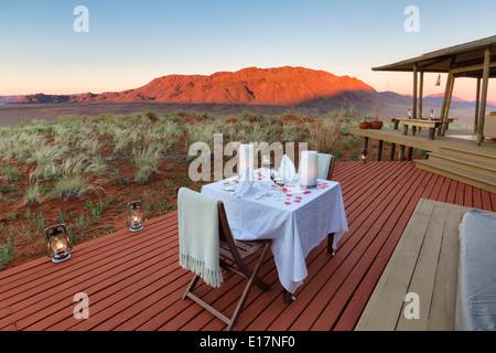 Cene romantiche sulla terrazza solarium di Mountain View suite.Dune Lodge.Wolwedans NamibRand Riserva Naturale.Namibia Immagini Stock