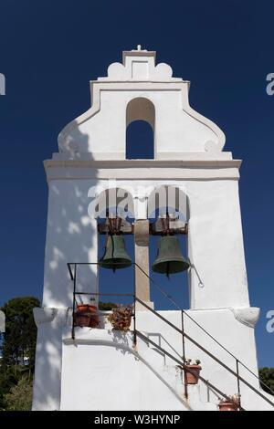 Bianco campanile di Vlacherna Monastery, PENISOLA DI KANONI, CORFU, ISOLE IONIE, Grecia Immagini Stock