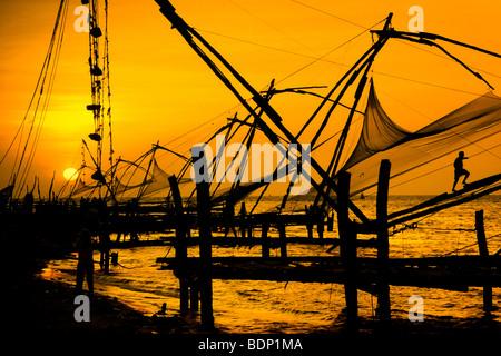 Cinese di reti da pesca al tramonto, Cochin, Kerala, India Immagini Stock