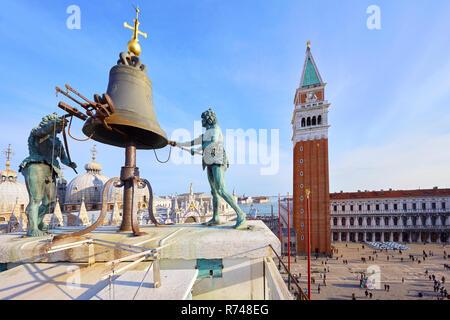 Campana sulla St Marks clock tower con vista di Piazza San Marco, Venezia, Veneto, Italia Immagini Stock