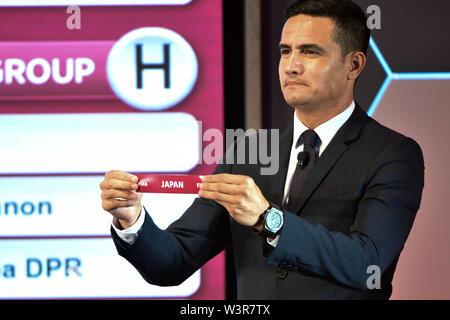 (190717) -- KUALA LUMPUR, luglio 17, 2019 (Xinhua) -- Tim Cahill dall Australia presenta il sorteggio scivolare durante la cerimonia di disegno per il secondo round della Coppa del Mondo FIFA in Qatar 2022 Asian qualificatori di Kuala Lumpur in Malesia, il 17 luglio 2019. (Xinhua/Chong Voon Chung) Immagini Stock