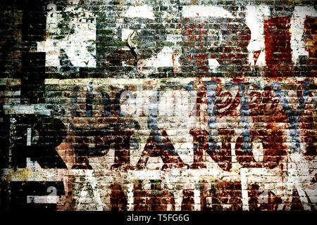 Un vecchio muro di mattoni di una casa in rovina con caratteri sbiaditi e gli strati di colore. Immagini Stock