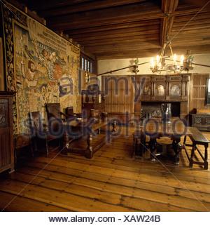Arazzo Medievale Nella Sala Banchetti Con Pavimenti In Legno E Tavoli Antichi E Sedie Foto Stock Alamy