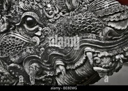 Thailandia Chiang Mai, Wat Mahawan tempio, dragon scultura Immagini Stock
