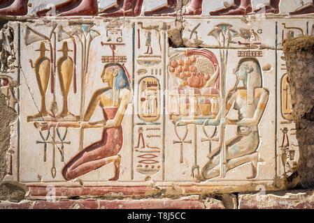 Close-up di geroglifici e Tempio di Ramses II, Abydos, Egitto Immagini Stock