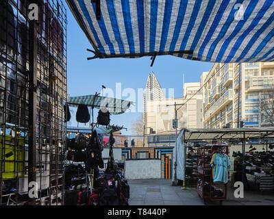 Fossato intorno al centro commerciale con bancarelle del mercato. Elephant and Castle Shopping Centre di Londra, Regno Unito. Architetto: Boissevain e Osmond, 1965. Immagini Stock