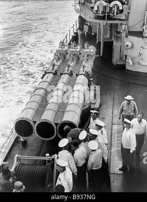 Il primo ministro di Cuba Fidel Castro esamina le navi da guerra sovietica munizioni Immagini Stock