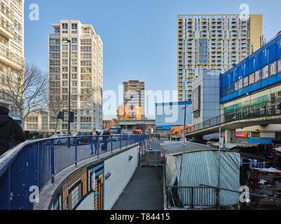 Prospettiva lungo la facciata nord. Elephant and Castle Shopping Centre di Londra, Regno Unito. Architetto: Boissevain e Osmond, 1965. Immagini Stock