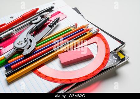 Forniture scolastiche su sfondo bianco Immagini Stock