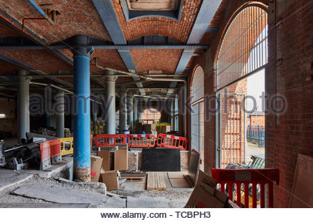 Pilastri in entrata. Magazzino di Londra, Manchester, Regno Unito. Architetto: Archer Humphreys architetti, 2018. Immagini Stock